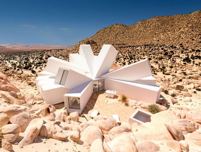 Nhà container với kiến trúc mang đậm tính sắp đặt giữa sa mạc