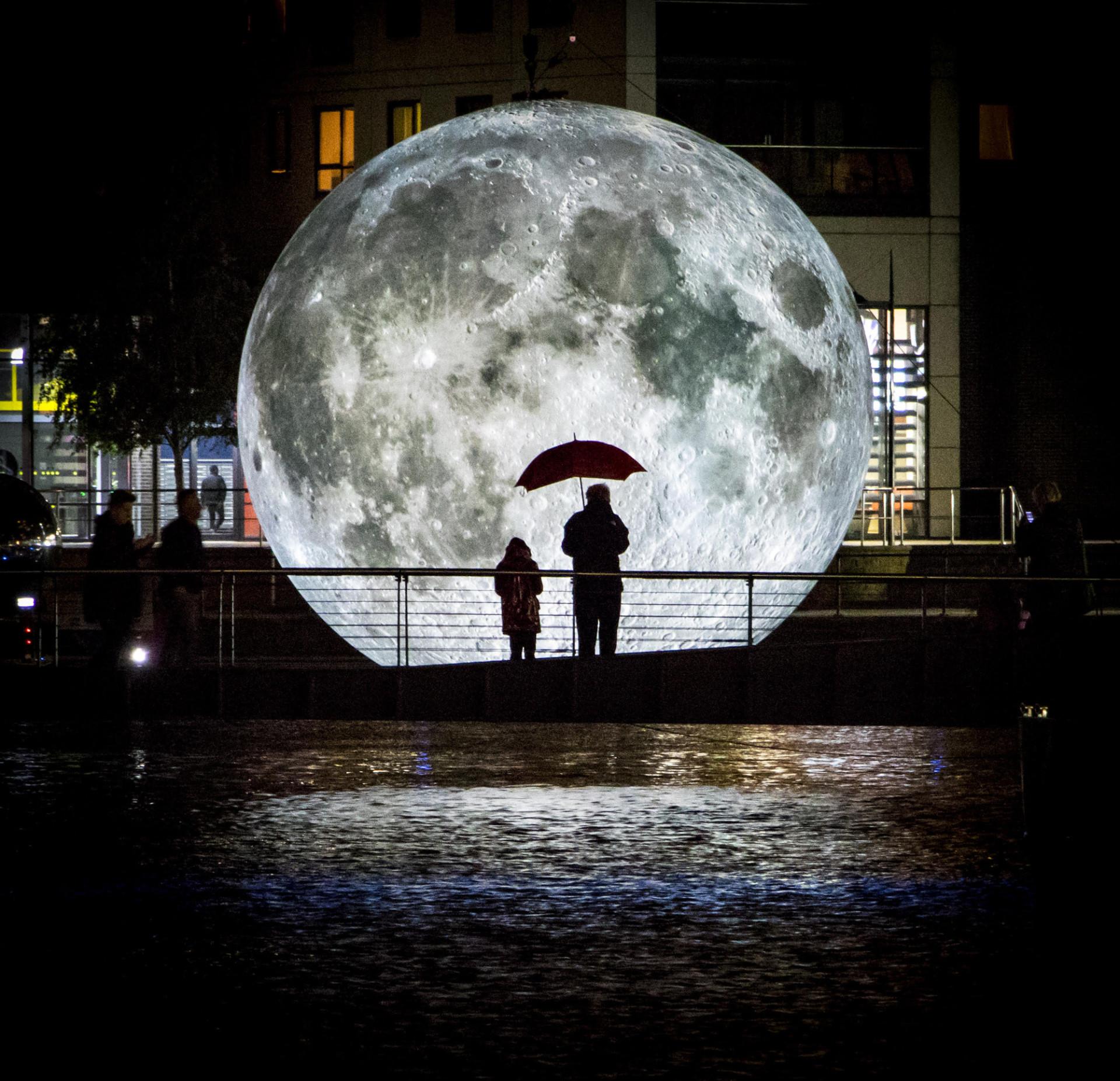 The Museum of the Moon.... đi tour vòng quanh thế giới